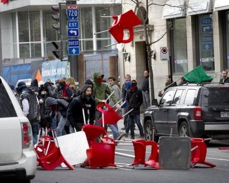 Des manifestants ont utilis&eacute; le mobilier ext&eacute;rieur d&#39;un restaurant pour s&#39;en servir comme projectiles.<br />