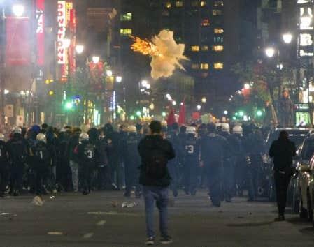 <div> En soir&eacute;e, les policiers ont utilis&eacute; des bombes assourdissantes pour disperser les manifestants au centre-ville de Montr&eacute;al.&nbsp;</div>
