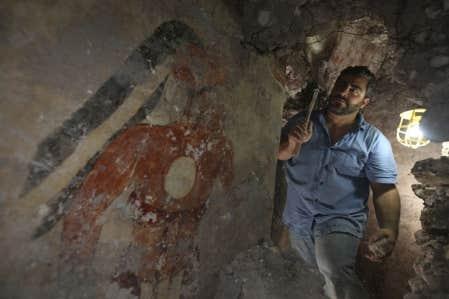 L'archéologue William Saturno, devant un des glyphes retrouvés, dirige les fouilles sur le site maya de Xultun, au Guatemala.