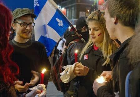 Des étudiants opposés à l'entente proposée par le gouvernement ont manifesté de nouveau, dans la nuit de samedi à dimanche, au centre-ville de Montréal.