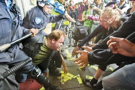 Manifestants et forces de l'ordre se sont affrontés hier aux abords de l'hôtel InterContinental, à Montréal, où se déroulait une assemblée d'actionnaires de Power Corporation.