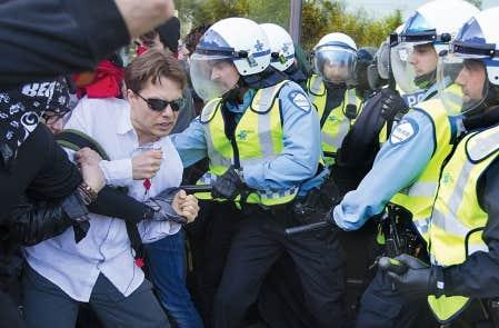 Les policiers tentent de disperser des manifestants au cégep de Rosemont. « Les oppositions, les dissidences sont vitales pour notre démocratie, mais la raison du plus fort est toujours la pire, estime Christian Nadeau. La matraque ne doit jamais l'emporter sur l'esprit. »