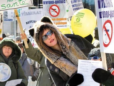 Février 2012. Des citoyens opposés à l'installation des nouveaux compteurs manifestent devant le siège social d'Hydro-Québec. D'autres manifestations du genre ont depuis eu lieu dans la métropole, notamment lors des premiers jours d'audiences devant la Régie de l'énergie.