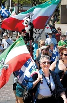 AnarchoPanda est devenu la mascotte du mouvement; dans la grande manifestation du 22 mai, toutous et dessins reproduisaient l'image du nounours bicolore.