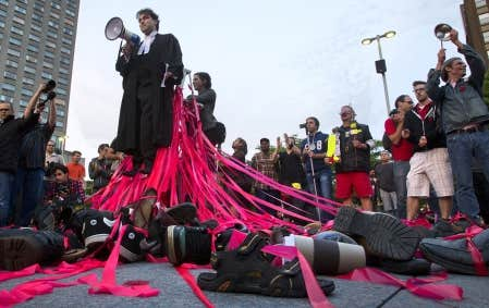 Des centaines de juristes ont manifesté leur opposition à loi 78 hier à Montréal, certains n'hésitant pas à épingler un carré rouge sur leur toge.