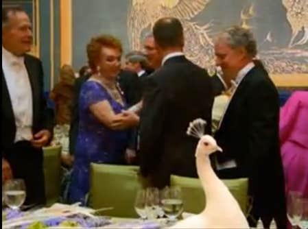Sur la photo, l'ancien président des États-Unis George H. W. Bush et le premier ministre du Québec Jean Charest.