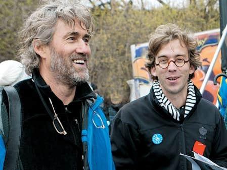 Comme plusieurs artistes, Fred Pellerin s'affiche avec le carré rouge, comme ici lors de la Journée de la Terre, le 22 avril dernier, avec Roy Dupuis.