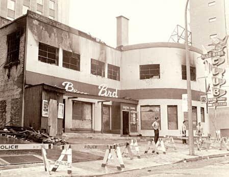 <div> La fa&ccedil;ade du Blue Bird Caf&eacute;, avenue Union, au lendemain de l&rsquo;incendie criminel qui a fait 37 victimes.</div>