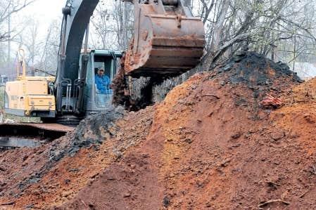 Une fois excavés, les sols contaminés peuvent être stockés et traités.