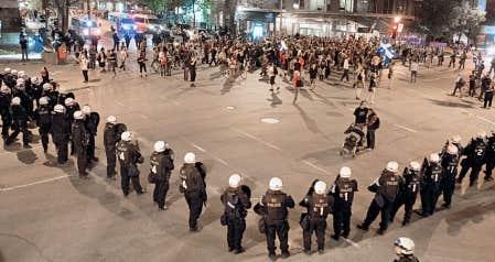 Des manifestations tout à fait paisibles, de l'aveu même des policiers, ont fait l'objet d'arrestations de masse par encerclement à Montréal.