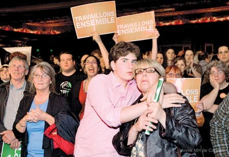 Des partisans du Nouveau Parti démocratique attendant les résultats de l'élection le 2 mai 2011.