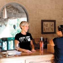 Carole Leblanc et une cliente, dans son caveau du Domaine des Cabotines, à Collias.