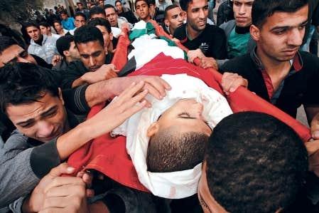 Des proches portaient dimanche le cercueil d'Ahmad Dardasawy, 18 ans, tué dans un bombardement israélien dans la bande de Gaza.