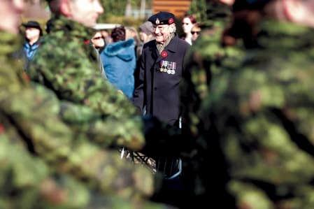 Cérémonie au Champ d'honneur national à Pointe-Claire, près de Montréal, pour le jour du Souvenir. Francis Lukian, un vétéran de la Seconde Guerre mondiale, a pris part à la commémoration.