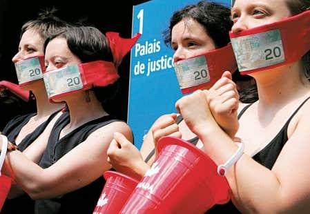 Manifestation d'appui à la maison d'édition Écosociété, en 2008, au Palais de justice de Montréal