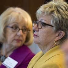Diane De Courcy, lors d'un colloque qui s'est déroulé en octobre. À l'arrière plan, Louise Marchand, présidente de l'Office québécois de la langue française.