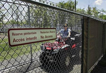 Les cours de cégep ont été coupés dans deux prisons du Québec: l'Établisssement Leclerc, à Laval, qui doit de toute façon fermer d'après une décision du fédéral, et la prison pour femmes de Joliette (notre photo), qui ne comptaient pas suffisamment d'étudiantes.