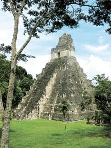 Le temple I sur la place centrale du site archéologique de Tikal, au Guatemala.
