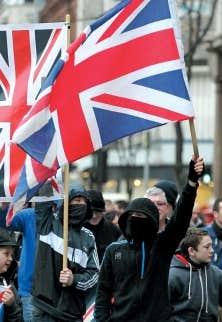 Loyalistes devant l'hôtel de la ville de Belfast