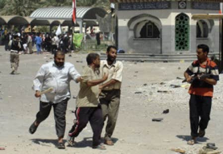 Des miliciens retenaient un pèlerin hier à Kerbala.
