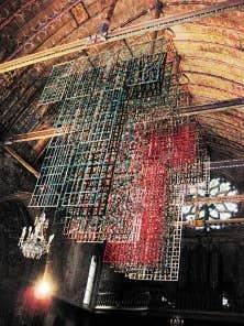 Les monumentales Robes du temps de Carole Simard-Laflamme ornent ces jours-ci la voûte de l'église Saint-Jacques à Illiers-Combray, en France.