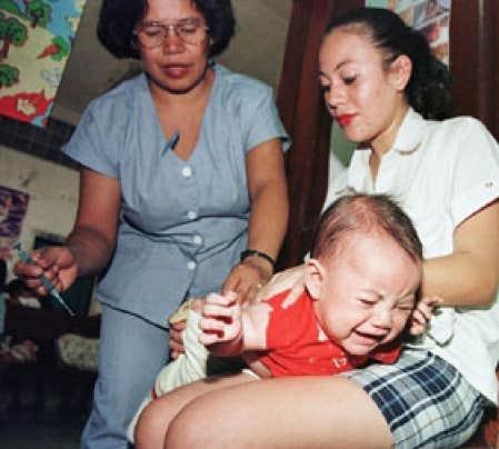Vaccination d'un bébé contre la tuberculose, au Honduras, à la fin des années 1990.