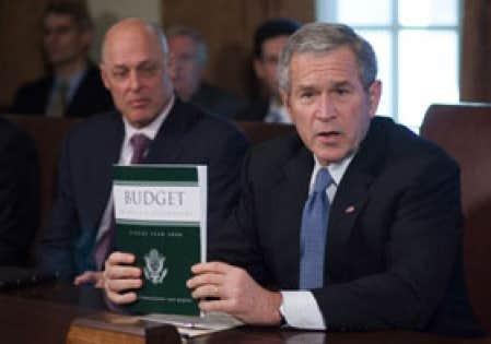 Le président George Bush tenait un exemplaire du projet de budget pour l'année 2008 au cours d'une rencontre avec les membres de son cabinet, hier. Le projet comprend des dépenses de 2900 milliards, dont près du quart sera alloué à la défense.