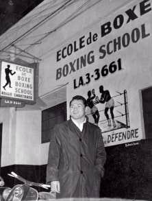 Devant son &eacute;cole de boxe, au tout d&eacute;but des ann&eacute;es 1960, avant qu&rsquo;il ne fasse du fran&ccedil;ais dans l&rsquo;affichage un de ses combats.<br /> &nbsp;
