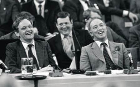 Pierre Elliott Trudeau (à droite) en compagnie de Jean Chrétien (à gauche) et de John Roberts pendant la rencontre du 5 novembre 1981.