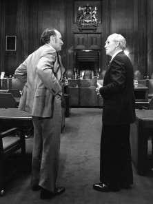 Le juge en chef Bora Laskin (à droite) apparaît ci-dessus aux côtés de Pierre Elliott Trudeau, en 1976.