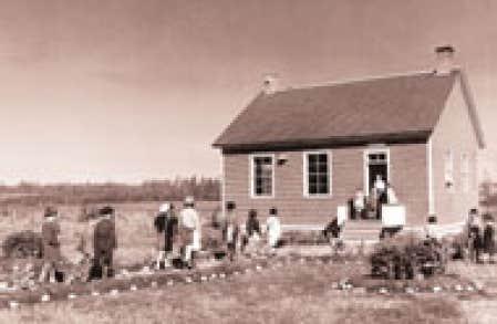 La petite école de rang abritait souvent le logement de l'institutrice. Une des photos du calendrier Aux limites de la mémoire, tirée du livre La Vie rurale — 1866-1953.