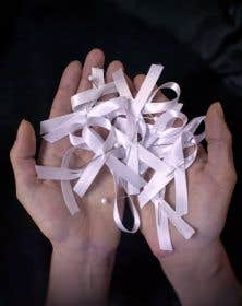 Quatorze rubans blancs. Le symbole incarne, depuis la tragédie du 6 décembre 1989, la violence faite aux femmes.