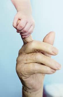 Monsieur B., arrière-petit-fils d'Alban, lui prend la main à sa façon.