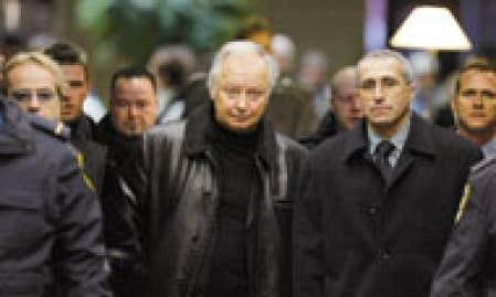 Le producteur Guy Cloutier entouré de policiers lors de son arrivée au palais de justice, hier, à Montréal. Il en est ressorti pour prendre le chemin du pénitencier.