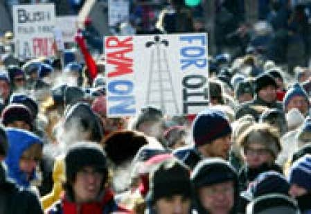 Au moins 150 000 personnes ont défilé dans les rues de Montréal, samedi, pour protester contre une éventuelle guerre en Irak.