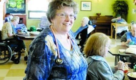 De plus en plus de personnes reportent le moment de leur retraite ou, après avoir cessé de travailler un certain temps, retournent sur le marché du travail à temps partiel ou à temps plein, comme cette infirmière.