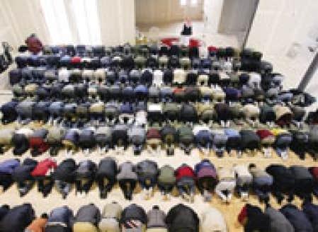 Des fidèles musulmans ont fait leur prière hier à la mosquée du Jamat Khana de Brossard.