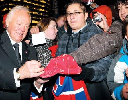 Avant de fouler le tapis rouge à l'occasion de la première du film «Pour toujours les Canadiens», l'ancien capitaine Yvan Cournoyer en a profité pour signer quelques autographes