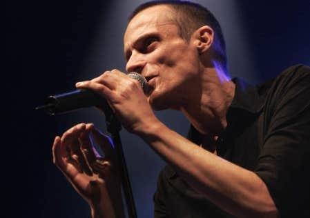 Manu Solo, en spectacle à l'Olympia de Paris en 2005. Le chanteur a connu le succès avec La Marmaille nue en 1993, album où il raconte la délinquance ayant marqué son adolescence.
