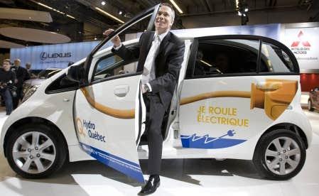 Le président d'Hydro-Québec, Thierry Vandal, et la nouvelle i-MIEV de Mitsubishi.