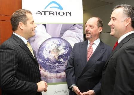 Au centre de la photo, Patrick J. Lavoie, p.-d.g. d'Atrion, entouré de Denis Lefebvre, vice-président directeur, à gauche, et de Joe Cella, le vice-président marketing.