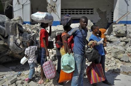Une famille de sinistrés attend le tap-tap qui lui permettra de quitter la capitale pour trouver refuge chez des proches épargnés par le séisme.