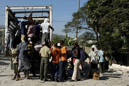 Des Haïtiens fuyaient hier Port-au-Prince dans l'espoir de se rendre en République dominicaine. Pendant ce temps, Ottawa refusait d'assouplir, comme le souhaite le Québec, les critères permettant de réunir les familles d'immigrants haïtiens.