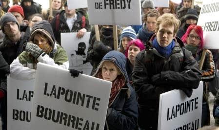 La Coalition contre la répression et les abus policiers (CRAP) a manifesté devant le palais de justice, sur l'heure du midi, pour dénoncer les privilèges dont bénéficierait l'agent Lapointe.