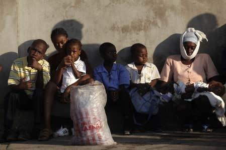 Des survivants du séisme ont fait le pied de grue hier devant un hôpital de Port-au-Prince.