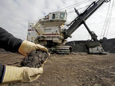 Exploitation de sables bitumineux en Alberta. Québec invite les gens d'affaires à tirer profit de la reprise que connaît cette industrie controversée.