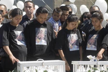 Des proches de Fredy Villanueva en deuil en août 2008. La protectrice du citoyen a cité dans son rapport l'exemple de l'enquête policière menée sur le cas de ce jeune homme, abattu par un policier.