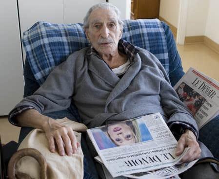Le célèbre syndicaliste Michel Chartrand a préféré lire son journal dans le confort de son canapé plutôt que de subir le brouhaha du lancement d'une biographie portant sur sa vie et celle de sa défunte femme, Simonne Monet-Chartrand.