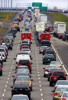 L'autoroute 15 prend les airs d'un stationnement géant durant les heures de pointe. En 2016, les automobilistes canadiens ont passé en moyenne 24,1 minutes à se rendre sur leur lieu de travail.