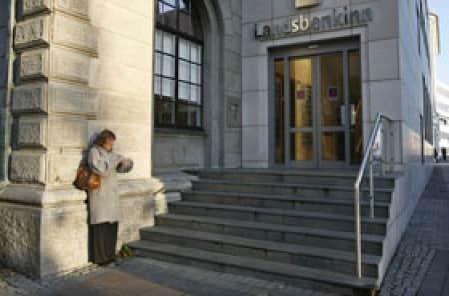 «Combien de temps vais-je devoir attendre?», semble se dire cette Islandaise devant une banque en pleine tourmente financière.